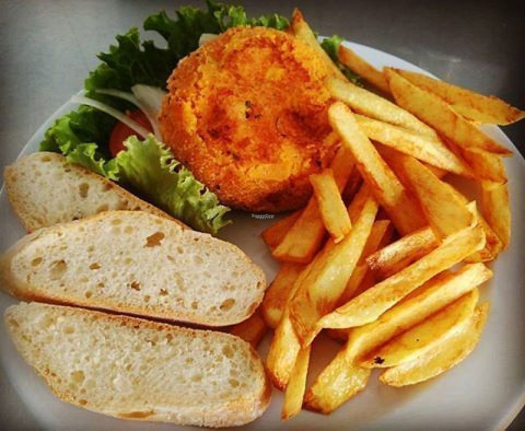 """Photo of Cafe Bonjour  by <a href=""""/members/profile/Flavita"""">Flavita</a> <br/>Burguer vegana con papas fritas  <br/> December 31, 2016  - <a href='/contact/abuse/image/84767/206607'>Report</a>"""