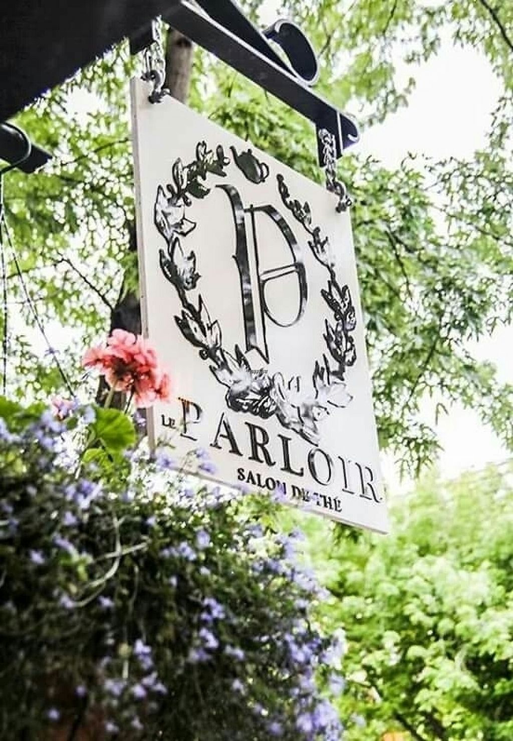 Photo of Le Parloir  by AnthimeLaurin <br/>Sign <br/> January 15, 2017  - <a href='/contact/abuse/image/85022/212331'>Report</a>