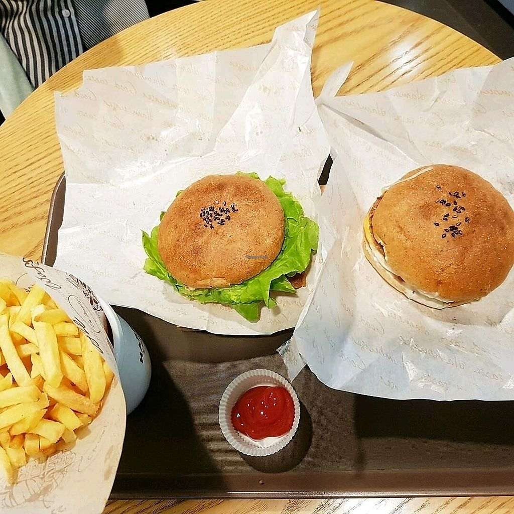 """Photo of Moomoo Burger & Smoothie  by <a href=""""/members/profile/HilaElkabetz"""">HilaElkabetz</a> <br/>burgers  <br/> September 23, 2017  - <a href='/contact/abuse/image/85434/307619'>Report</a>"""