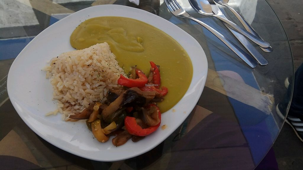 "Photo of Omphalos  by <a href=""/members/profile/thebestaround"">thebestaround</a> <br/>Puré de arverjas, con arroz integral y verduras salteadas <br/> August 25, 2017  - <a href='/contact/abuse/image/85879/297000'>Report</a>"