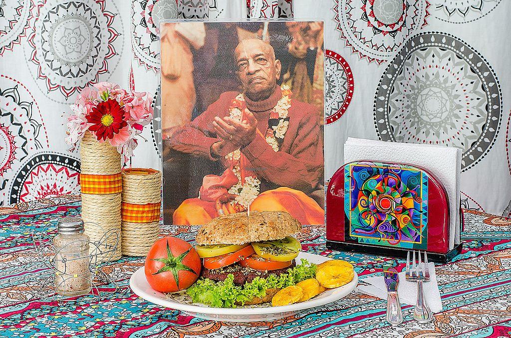 "Photo of Govinda's  by <a href=""/members/profile/RestauranteGovindas"">RestauranteGovindas</a> <br/>¡Vegan Burger! Pan integral, tomates frescos, lechuga, carne vegetal de lentejas o garbazos y salsas caseras. Yummy! <br/> November 23, 2017  - <a href='/contact/abuse/image/88768/328539'>Report</a>"