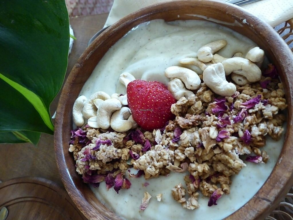 """Photo of Oerwoud  by <a href=""""/members/profile/v_mdj"""">v_mdj</a> <br/>smoothiebowl with avocado and vanille <br/> May 27, 2017  - <a href='/contact/abuse/image/88965/263125'>Report</a>"""