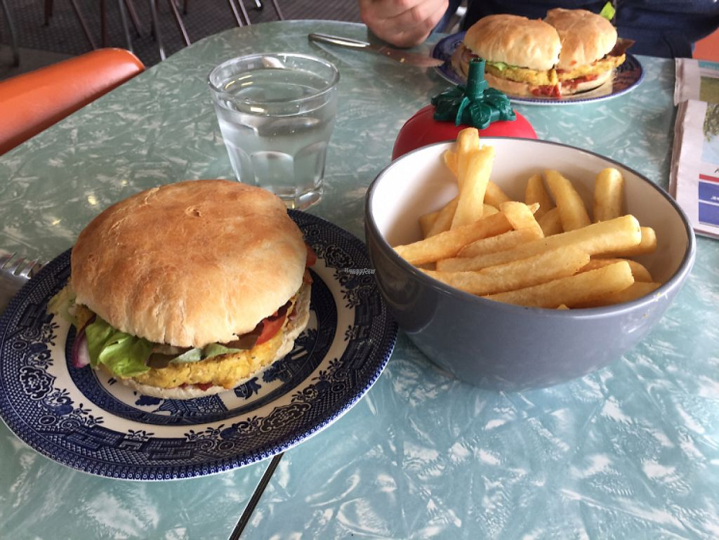 """Photo of CLOSED: Poppita's Cafe  by <a href=""""/members/profile/JonnyHicks"""">JonnyHicks</a> <br/>vegan burger with chips cooked in oil <br/> April 24, 2017  - <a href='/contact/abuse/image/89231/252081'>Report</a>"""