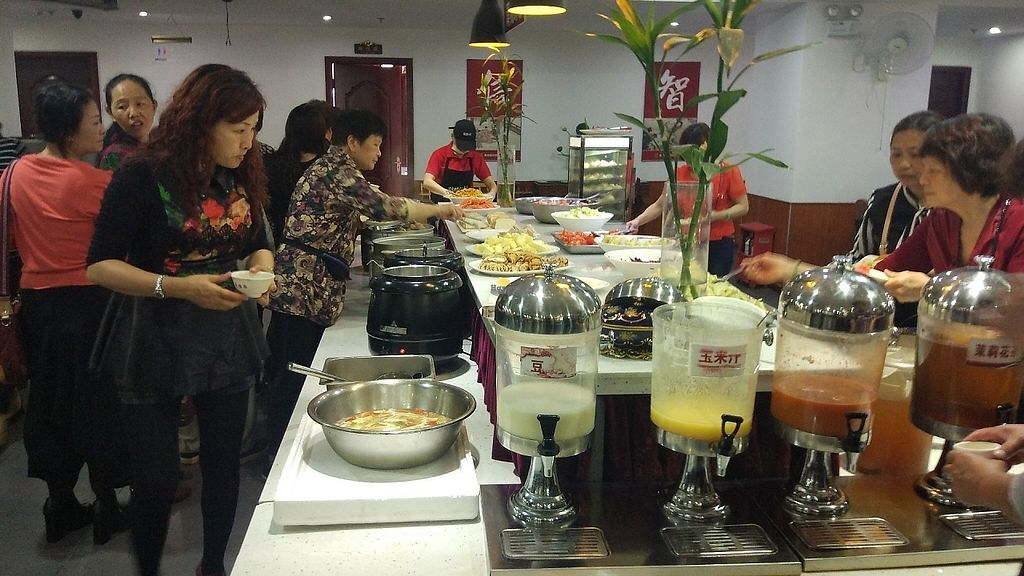 """Photo of Mei De Yuan Vegetarian Buffet  by <a href=""""/members/profile/ultm8"""">ultm8</a> <br/>Fruit and raw vegetable cake and drink area <br/> April 26, 2017  - <a href='/contact/abuse/image/91052/252570'>Report</a>"""