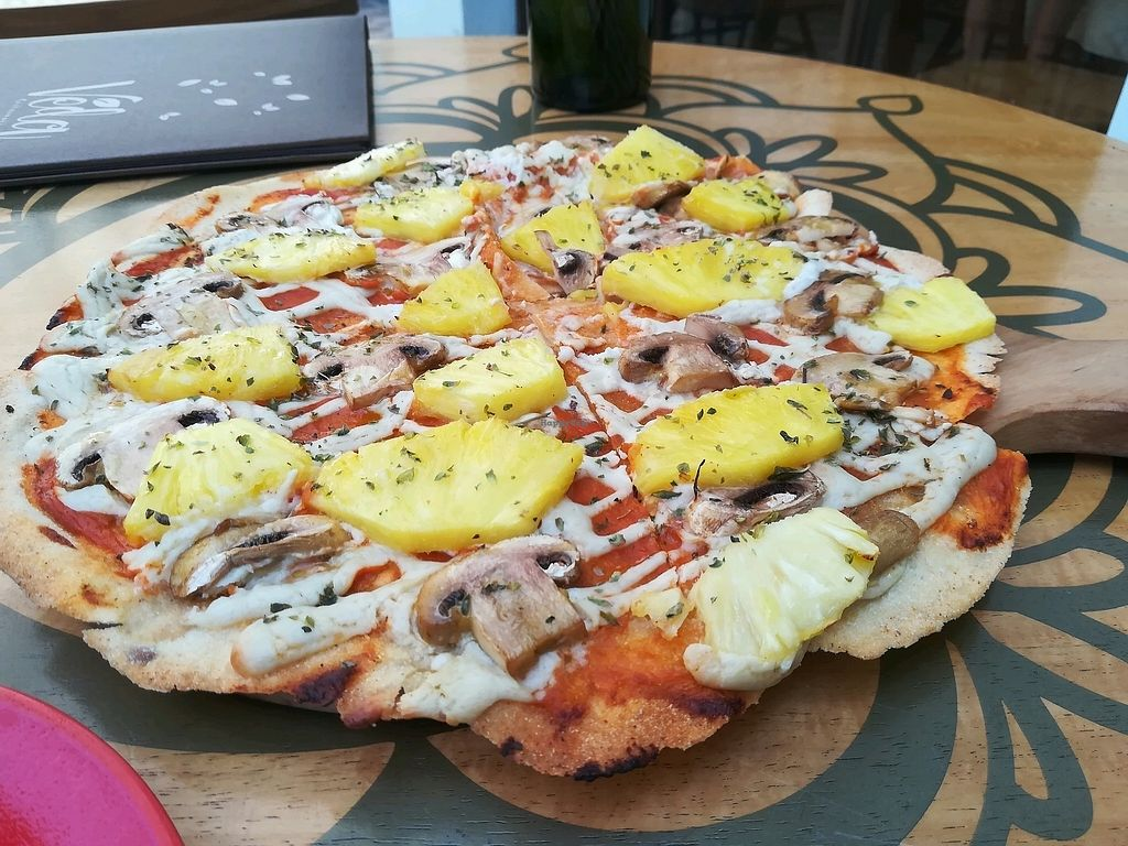 """Photo of Veda Restaurante  by <a href=""""/members/profile/GwenCamarena"""">GwenCamarena</a> <br/>Pizza hawaiana  <br/> February 2, 2018  - <a href='/contact/abuse/image/95473/354124'>Report</a>"""