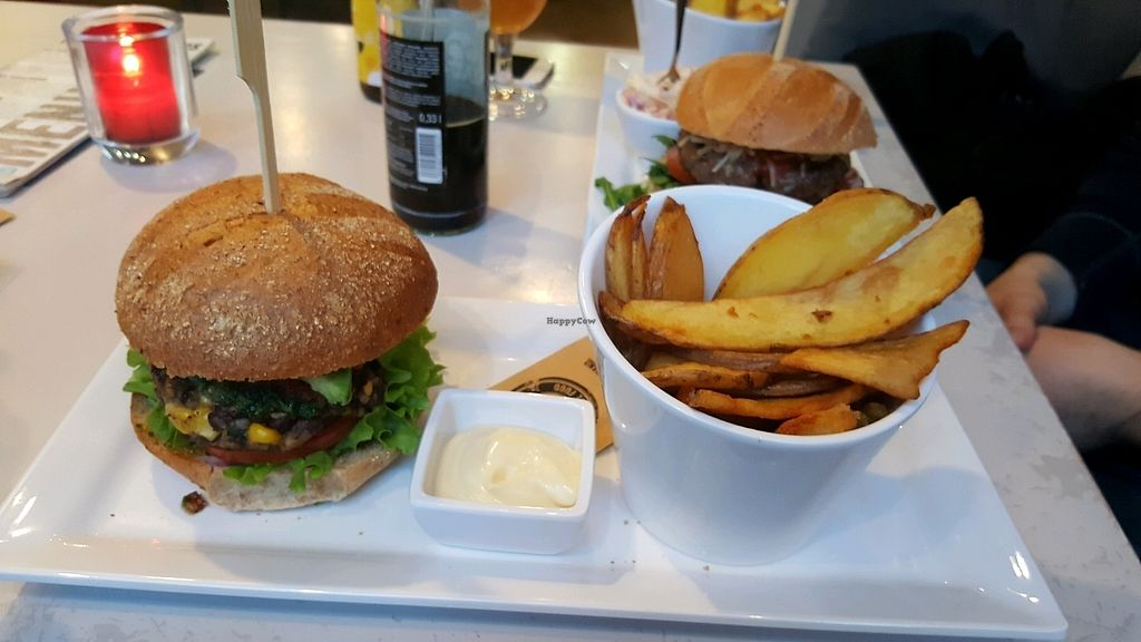 "Photo of Wereldburgers  by <a href=""/members/profile/LeoniKolberg"">LeoniKolberg</a> <br/>Bohnen Burger mit Veganer Mayo <br/> April 6, 2018  - <a href='/contact/abuse/image/95575/381650'>Report</a>"