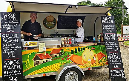 """Photo of Pois Chic - Food Truck  by <a href=""""/members/profile/redredread"""">redredread</a> <br/>Deborah et Andy de Pois Chic: Falafels bio fait maison <br/> August 1, 2017  - <a href='/contact/abuse/image/97600/287512'>Report</a>"""