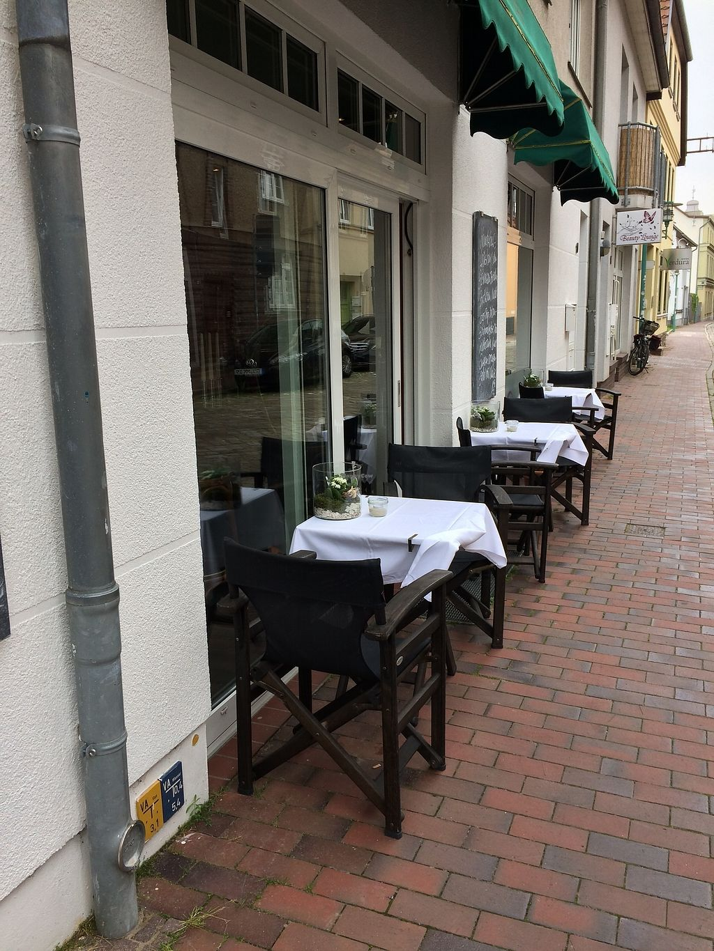 """Photo of WunderBar  by <a href=""""/members/profile/hhvegan"""">hhvegan</a> <br/>Nice outdoor seating <br/> August 22, 2017  - <a href='/contact/abuse/image/98847/295430'>Report</a>"""