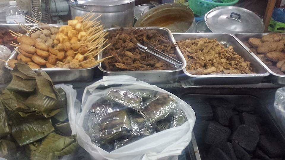 "Photo of Warorot Market Food Stall  by <a href=""/members/profile/Peiyan"">Peiyan</a> <br/>Heaps of mock meat too <br/> August 19, 2017  - <a href='/contact/abuse/image/98921/294160'>Report</a>"